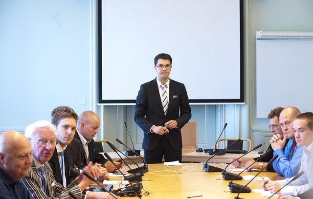 Na snímke uprostred predseda strany Švédski demokrati Jimmie Akesson