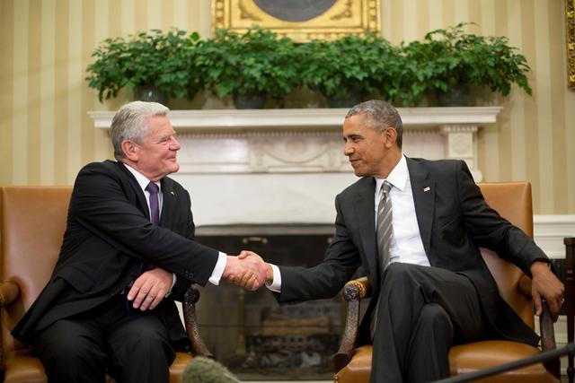 Na snímke americký prezident Barack Obama (vpravo) si podáva ruku so svojím nemeckým partnerom Joachimom Gauckom počas ich stretnutia v Oválnej pracovni Bieleho domu vo  Washingtone