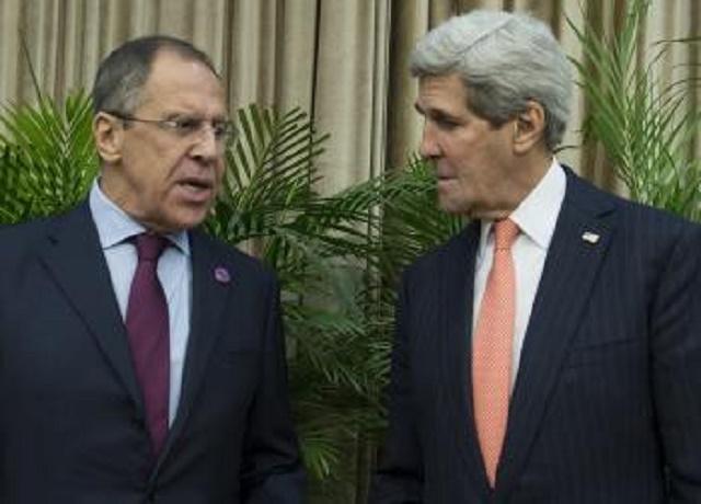 Americký minister zahraničných vecí John Kerry (vpravo) a jeho ruský kolega Sergej Lavrov sa rozprávajú počas stretnutia