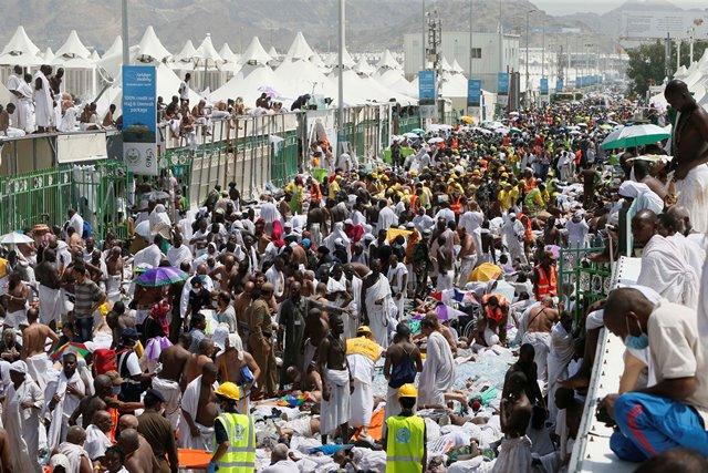 Na snímke  moslimskí veriaci a záchranári sa zhromažďujú okolo obetí ušliapania počas rituálneho hádzania kameňov v saudskoarabskom meste Miná, neďaleko svätého mesta Mekka