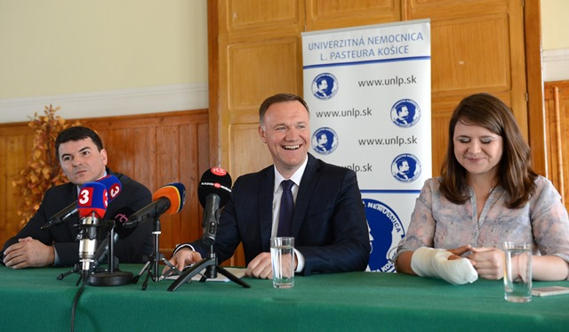 Na snímke uprostred minister zdravotníctva SR Viliam Čislák, vľavo riaditeľ UNLP Košice Milan Maďar