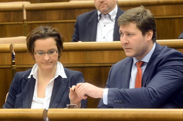 Na snímke poslanci Eva Horváthová (vľavo) a Miroslav Kadúc