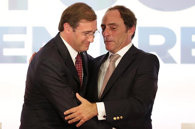 Na snímke portugalský premiér Pedro Passos Coelho (vľavo) a vicepremiér Paulo Portas