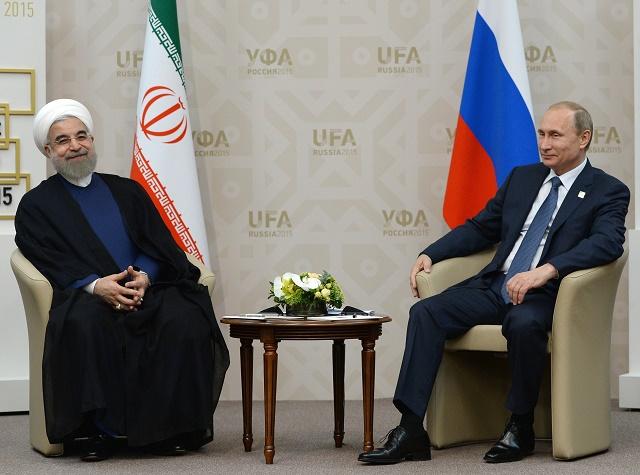 uský prezident Vladimir Putin (vpravo) a iránsky prezident Hasan Rúhání. Krajiny Irán a Rusko sa už v júli tohto roka spoločne zišli na summite BRICS