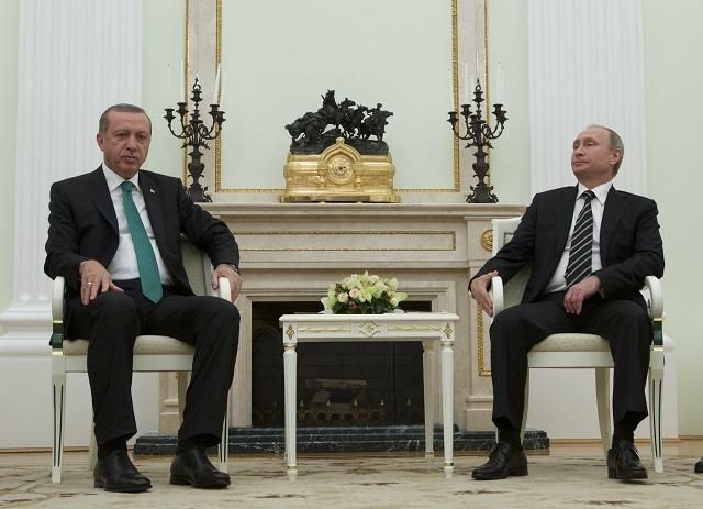 Ruský prezident Vladimir Putin (vpravo) a turecký prezident Recep Tayyip Erdogan (vľavo) si ešte v septembri v Moskve podávali ruky