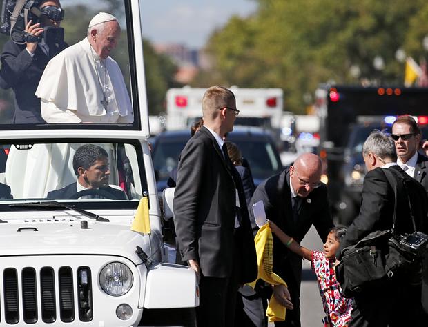 Na fotke 5-ročná Sophie Cruz podáva pápežovi Františkovi list s politickým posolstvom