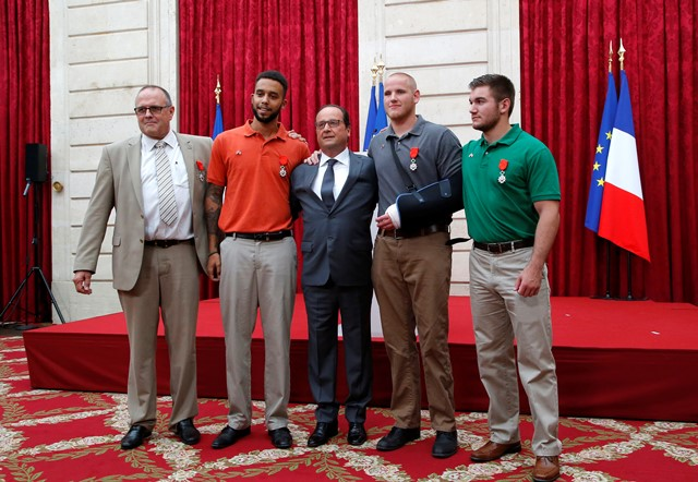 Na snímke zľava Chris Norman, Anthony Sadler, francúzsky prezident Francois Holande, Spencer Stone a Alek Skarlatos