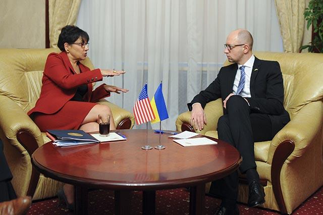 Na snímke ukrajinský premiér Arsenij Jaceňuk a americká ministerka obchodu Penny Pritzkerová. Ilustračné foto