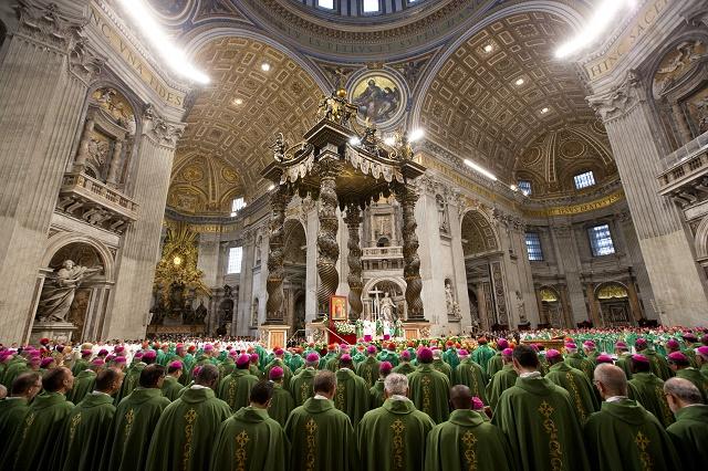 Zhromaždenie biskupov a kardinálov na slánostnom otvorení Synody biskupov v Chráme sv. Petra