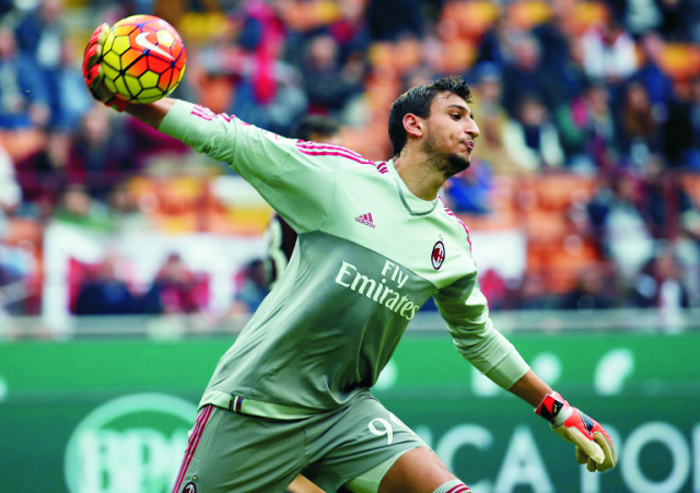 Brankár AC Miláno Gianluigi Dannarumma v zápase talianskej Serie A AC Miláno - Sassuolo na štadióne San Siro v Miláne v nedeľu 25. októbra 2015. Dannarumma sa stal vo veku 16 rokov, 8 mesiacov a 6 dní najmladším brankárom, ktorý odchytal celý zápas talianskej futbalovej Serie A. Talentovaný gólman AC Miláno dostal príležitosť v nedeľňajšom dueli proti Sassuolu