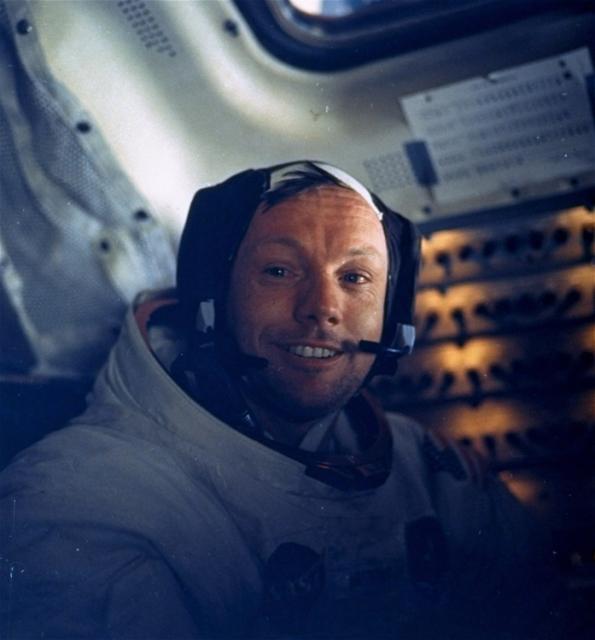 Na archívnej snímke z 20. júla 1969 astronaut  Neil Armstrong v lunárnom module. Raketu Saturn 5, ktorá vyniesla kozmickú loď Apollo 11 na obežnú dráhu Zeme s posádkou Neil Armstrong, Edwin Aldrin a Michael Collins, vypustili úspešne 16. júla 1969 z Mysu Canaveral (USA). Po 102 hodinách, 45 minútach a 42 sekundách letu pristál mesačný modul Apolla 11 s Armstrongom a Aldrinom na mesačnom povrchu a 21. júla o 3 h a 56 min SEČ sa dotkla noha prvého človeka Mesiaca. Bol ním americký astronaut Neil Armstrong