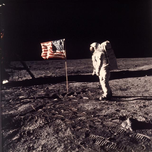 Na archívnej snímke z 20. júla 1969 pózuje americký astronaut Buzz Aldrin pri americkej vlajke na Mesiaci