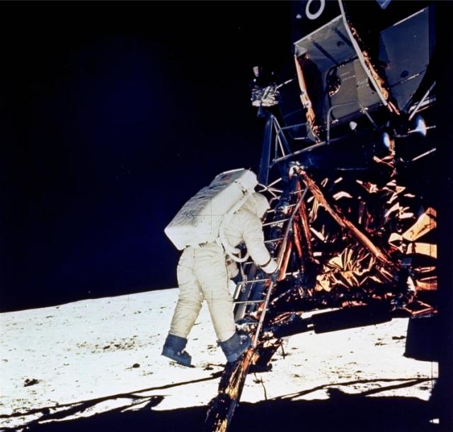 Na archívnej snímke z 20. júla 1969 astronaut Edwin E. Aldrin Jr. schádza zo schodov lunárneho modulu na povrch Mesiaca