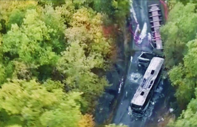 Na leteckej videosnímke pohľad na miesto nehody autobusu s kamiónom pri francúzskej obci Puisseguin 23. októbra 2015. Najmenej 42 mŕtvych si dnes vyžiadala vážna dopravná nehoda na juhozápade Francúzska. Pri obci Puisseguin ležiacej približne 40 kilometrov východne od mesta Bordeaux došlo k čelnej zrážke autobusu a kamióna vezúceho drevo, informovali francúzske médiá s odvolaním sa na úrady departementu Gironde