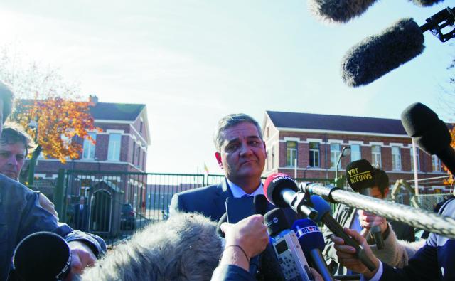 Belgický minister obrany Steven Vandeput (uprostred) poskytuje rozhovor novinárom v okolí kasární v belgickom Flawinne, v ktorom sa vyjadruje, že nič nenasvedčuje tomu, že by dnešný pokus o útok na kasárne pri meste Namur juhovýchodne od Bruselu bol teroristickým činom, uviedla belgická prokuratúra. U zadržaného podozrivého nenašli zbrane a v jeho aute, ktorým sa pokúsil preniknúť na základňu, neboli žiadne výbušniny