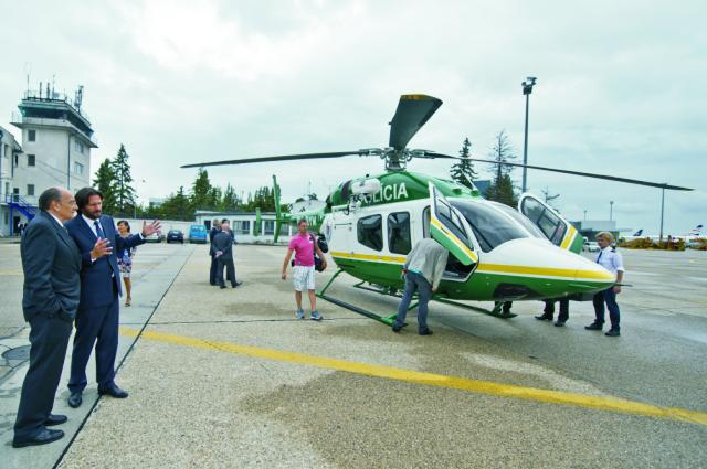 Na archívnej snímke vľavo v popredí Chargé d´Affaires veľvyslanctva USA v SR Rudolf Perina a vľavo v pozadí minister vnútra SR Robert Kaliňák a pri prebratí novej helikoptéra ministerstva vnútra SR Bell 429