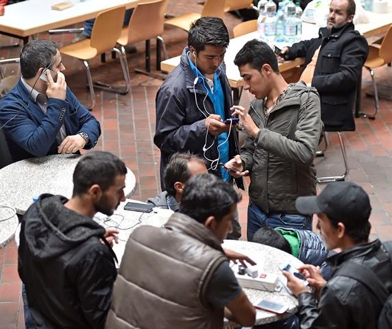 Migranti pri registrácii. Ilustračné foto