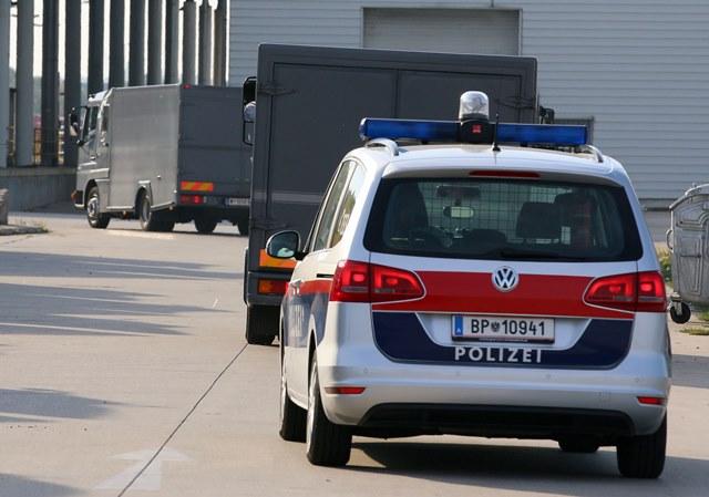 Na snímke polícia sprevádza autá, ktoré prevážajú ostatky mŕtvych utečencov z bývalej veterinárnej stanice v rakúskom Nickelsdorfe do Viedne