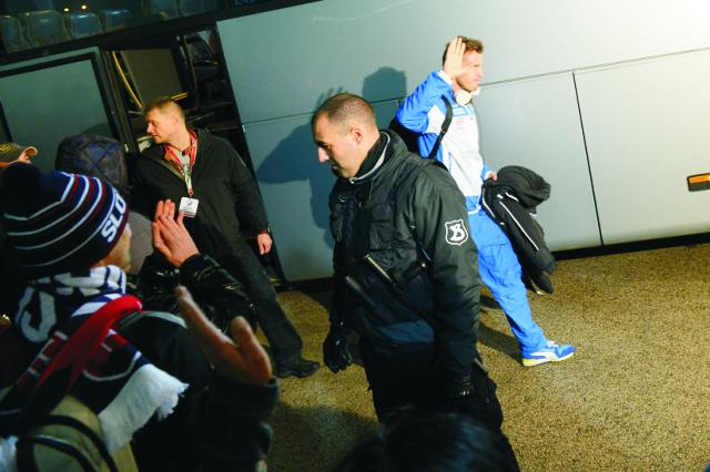 Slovenský futbalista Ján Ďurica zdraví fanúšikov počas príchodu na kvalifikačný zápas C - skupiny o postup na EURO 2016  Slovensko - Bielorusko v Žiline
