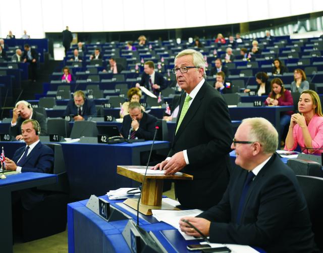 Na archívnej snímke reční  Jean-Claude Juncker pred svojimi kolegami v Európskom oparlamente