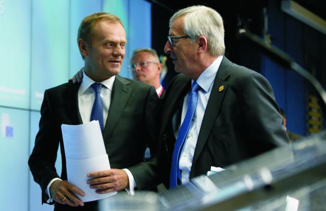 Na archívnej snímke predseda Európskej komisie Jean-Claude Juncker (vpravo) a predseda Európskej rady Donald Tusk (vľavo)