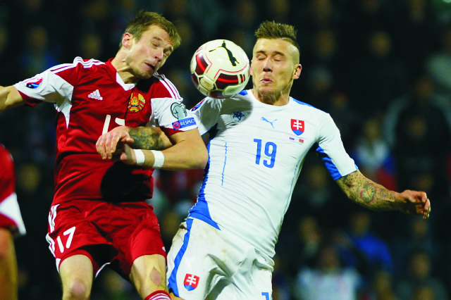 Vpravo Juraj Kucka (Slovensko) a Pavel Nechajčik (Bielorusko) v kvalifikačnom zápase C - skupiny o postup na EURO 2016  Slovensko - Bielorusko v Žiline