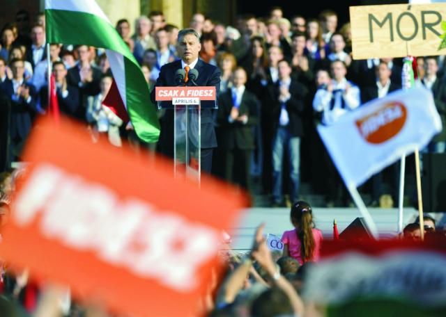 Na archívnej snímke predseda maďarskej vlády a predseda Fideszu Viktor Orbán reční pred tisíckami priaznivcov vládnych strán