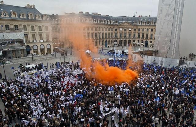 Na snímke protestujúci francúzski policajti
