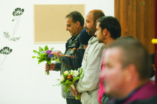 Na snímke žiadatelia o azyl čakajú s kvetmi na  príchod generálneho tajomníka OSN Pan Ki- muna v utečeneckom centre v Gabčíkove