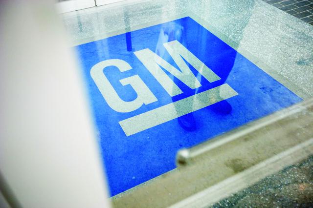 Na archívnej snímke  logo americkej automobilky General Motors v americkom meste Roswell
