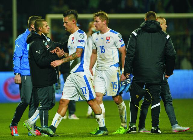 lovenskí futbalisti Marek Hamšík (tretí zľava) a Tomáš Hubočan (štvrtý zľava) odchádzajú z trávnika po kvalifikačnom zápase C - skupiny o postup na EURO 2016  Slovensko - Bielorusko v Žiline