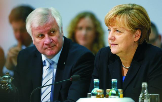 Na archívnej snímke nemecká kancelárka a predsedníčka Kresťanskodemokratickej strany CDU Angela Merkelová (vpravo) a predseda Kresťanskosociálnej únie CSU Horst Seehofer (vľavo)