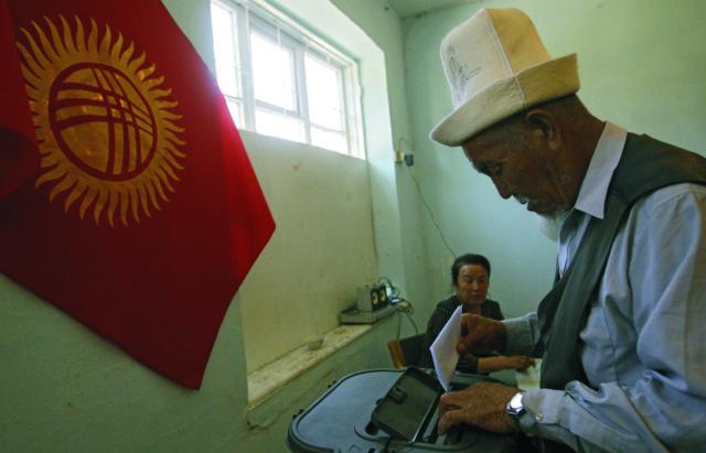 Na archívnej snímke občan Kirgizu hlasuje v referende o novej ústave v meste Oš na juhu krajiny