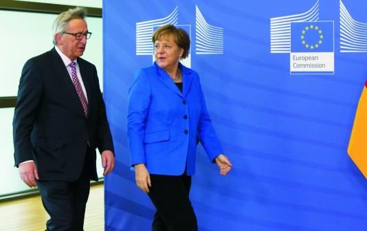 Na archívnej snímke nemecká kancelárka Angela Merkelová (vpravo) a šéf Európskej komisie Jean-Claud Juncker