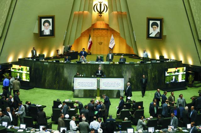 Šéf iránskej jadrovej agentúry Alí Akbar Salehí (v strede) počas prejavu na zasadnutí iránskeho parlamentu v Teheráne 11. októbra 2015. Iránsky parlament schválil v nedeľu koncept zákona, ktorý vláde umožňuje implementovať historickú dohodu o jadrovom programe Teheránu, ktorú v júli uzavrelo s Iránom šesť svetových mocností