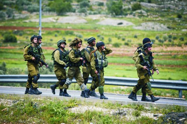 Na archívnej snímke izraelskí vojaci