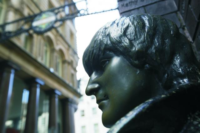 Pri pamätníku Johna Lennona zavraždeného práve v New Yorku v roku 1980, sa zišlo asi 100 ľudí