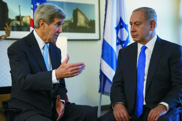 Na snímke americký minister zahraničných vecí John Kerry (vľavo) a izraelský premiér Benjamin Netanjahu počas sretnutia v Berlíne
