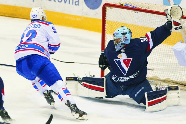 Vpravo brankár Slovana Michael Garnett a vľavo Vasilij Streľcov (Lada) v zápase hokejovej KHL HC Slovan Bratislava - Lada Togliatti 28. októbra 2015 v Bratislave