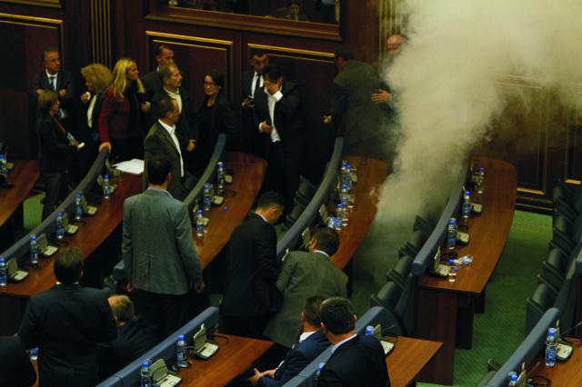Kosovská opozícia dnes opäť použila slzotvorný plyn na protest proti dohodám vlády so Srbskom a Čiernou Horou počas zasadnutia parlamentu