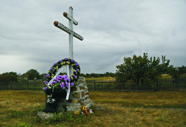 Symbolický dvojkríž s vencom na mieste dopadu lietadla Boeing 777 letu MH 17 Malajzijských aerolínii na mieste dopadu pri obci Hrabove na východe Ukrajiny 9. septembra 2014