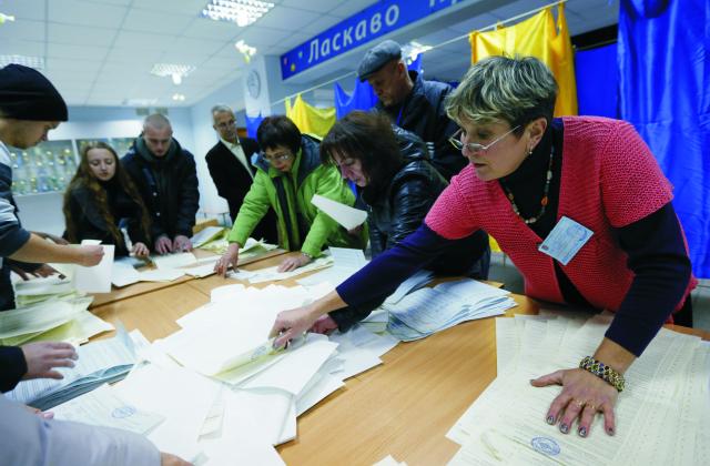Členovia volebnej komisie spočítavajú hlasy po skončení nedeľňajších komunálnych voľbách