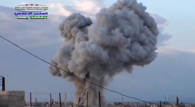 Na snímke z videa dym stúpa po  leteckom útoku ruských vzdušných síl v meste  Latamna v sýrskej provincii Hamá. Ilustračné foto