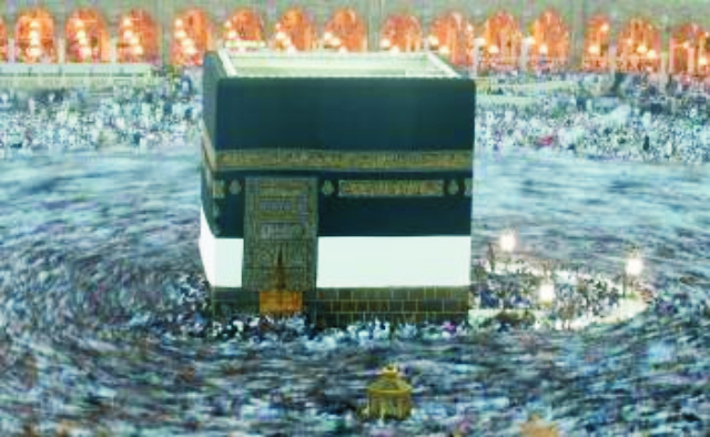 Na archívnej snímke sa moslimskí veriaci  zhromažďujú na modlitby okolo Kaaby vo Veľkej mešite v Mekke
