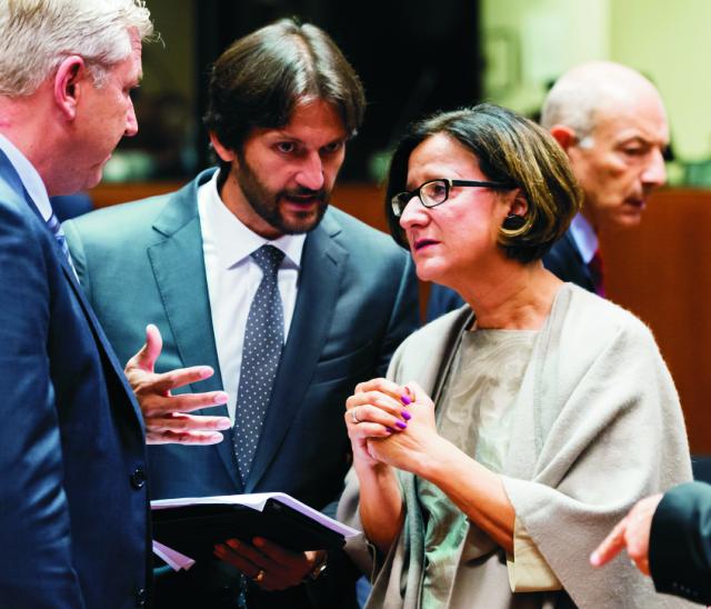 Na archívnej snímke  slovenský minister vnútra Robert Kaliňák (uprostred) a rakúska ministerka vnútra Johanna Mikl-Leitnerová počas stretnutia ministrov vnútra členských krajín EÚ v Bruseli