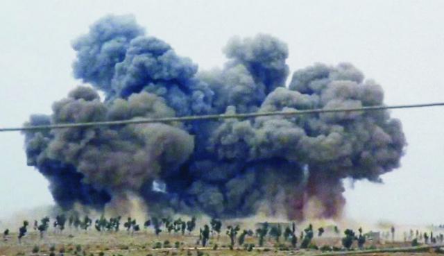 Na snímke z videa čierny hustý dym stúpa po leteckých útokoch vojenských stíhačiek v meste Kafr Nabel, v sýrskej provincii. Ruské bojové letectvo od 30. septembra v Sýrii podniká nálety na pozície extrémistickej organizácie Islamský štát (IS), pričom podľa údajov ministerstva obrany ruské lietadlá zasiahli už viac cieľov