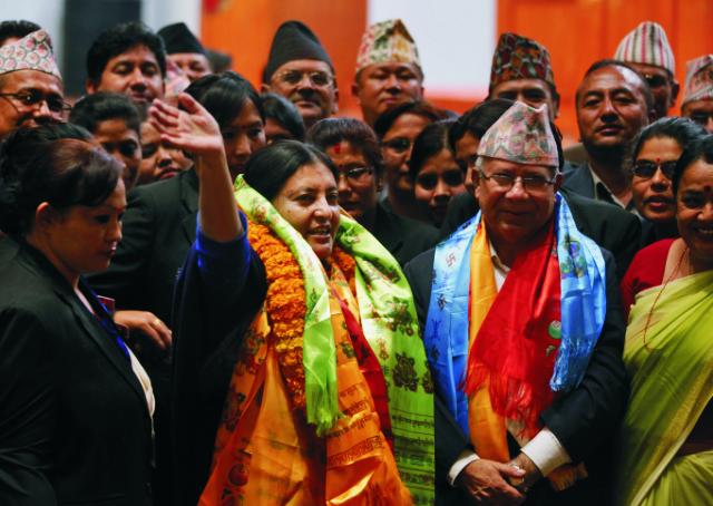 Bidhjá Déví Bhandáríová máva po tom, čo bola zvolená za nepálsku prezidentku 28. októbra 2015 v Káthmandu. Prvýkrát v dejinách Nepálu zvolil dnes parlament do čela krajiny ženu. Prezidentkou Nepálu sa stala Bidhjá Déví Bhandáríová, vdova po zosnulom predsedovi Komunistickej strany Nepálu-Zjednotení marxisti-leninisti (CPN-UML) Madanovi Bhandárím, ktorá dlho bojovala za práva žien