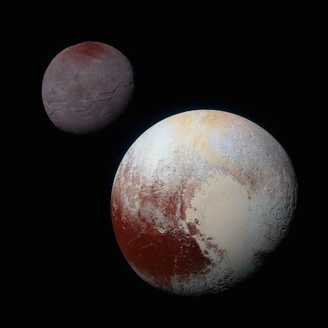 Na snímke sondy New Horizons sa nachádza Pluto vpredu a jeho mesiac Charon vzadu