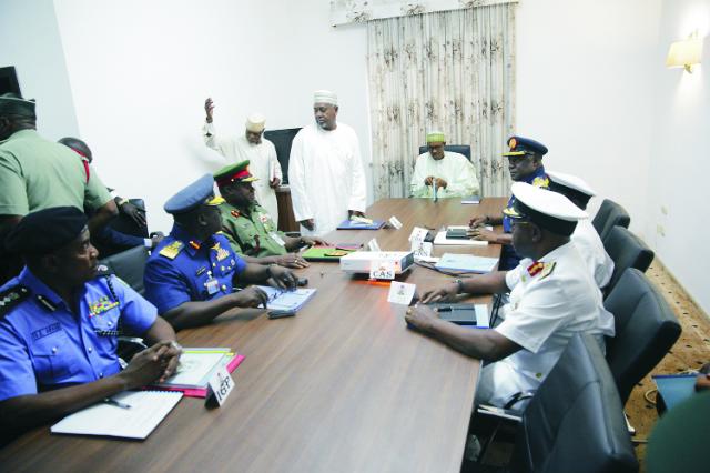 Na archívnej snímke Nigérijský prezident  Muhammad Buhari (v strede) počas stretnutia so šéfmi armády