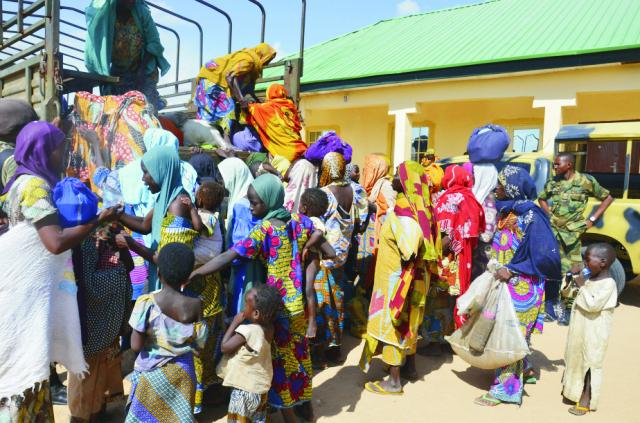 Nigérijské vládne jednotky oslobodili tento rok už stovky zajatcov zadržiavaných bojovníkmi Boko Haramu. Na archívnej snímke z 31. júla 2015 ženy a deti, ktoré oslobodili nigérijskí vojaci zo zajatia militantnej skupiny Boko Haram